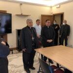 Il cardinale Semeraro e il vescovo eletto Viva nella curia diocesana